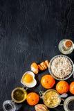 Gesundes Frühstück mit Orangen auf schwarze Steintischplatte zubereitend, sehen Sie copyspace an Lizenzfreie Stockfotos
