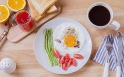 Gesundes Frühstück mit Spiegelei, Toast und Erdbeermarmelade Stockbild