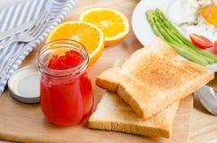 Gesundes Frühstück mit Toast und Erdbeermarmelade, auf Tabelle Stockfotografie