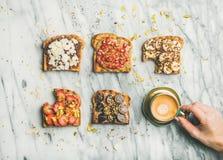 Gesundes Frühstück mit Vollkorntoast, Kaffee über grauem Marmorhintergrund stockfotografie