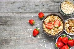 Gesundes Frühstück muesli mit Hafern, Granola und Nüssen in einer Schüssel Stockbilder