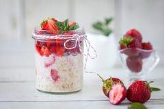 Gesundes Frühstück: Nachthafer mit frischen Erdbeeren stockbild