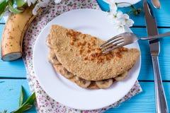 Gesundes Frühstück - Pfannkuchen vom Hafermehl mit Banane und Käse Lizenzfreie Stockfotografie