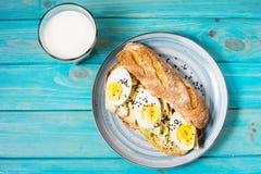 Gesundes Frühstück - rösten Sie mit Avocado, Ei und Glas Milch lizenzfreies stockbild