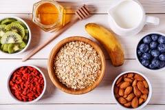 Gesundes Frühstück - Schüssel des Hafers blättert mit frischer Frucht, Mandel ab stockfotos