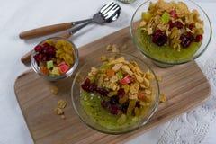Gesundes Frühstück, Sommernachtisch mit Smoothiekiwi, Corn Flakes und Trockenfrüchte Lizenzfreies Stockfoto