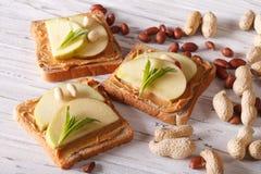 Gesundes Frühstück: Toast mit frischem Apfel und Erdnussbutter Stockfotografie