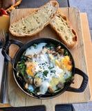 Gesundes Frühstück von Eiern und von Toast lizenzfreie stockbilder