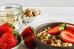 Gesundes Frühstückserdbeere-muesli mit Hafern, Granola und Nüssen Lizenzfreies Stockbild