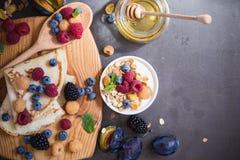 Gesundes Frühstücksmuesli und -krepps mit frischen Beeren und Frucht Stockfotografie