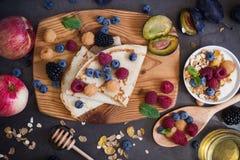 Gesundes Frühstücksmuesli und -krepps mit frischen Beeren und Frucht Lizenzfreie Stockfotografie