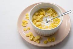 Gesundes Fr?hst?ck mit Corn-Flakes und Milch ?ber wei?em Hintergrund stockbild
