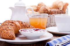 Gesundes französisches Frühstückskaffeehörnchen Stockfoto