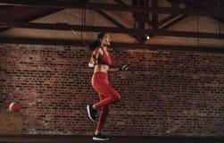 Gesundes Frauenspringseil an der Turnhalle lizenzfreie stockfotografie