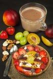 Gesundes Frühstück mit Getreide und bunten Früchten Jogurt mit Frucht und Hafermehl Mahlzeiten für erfolgreiche Athleten Stockfotos