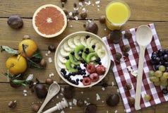 Gesundes frisches natürliches Frühstück mit Jogurt, Früchten, Saft und Nüssen auf hölzerner Tabelle Beschneidungspfad eingeschlos stockbild