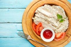 Gesundes gebackenes Huhn, Reis und Tomaten rollen Lizenzfreies Stockbild