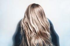 Gesundes gefärbtes blondes Haar der jungen Frau Stockfotos
