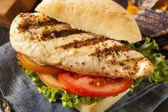 Gesundes gegrilltes belegtes Brot mit Hühnerfleisch lizenzfreie stockfotografie