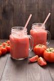Gesundes Gemüse Glas roter Tomatensaft auf Holztisch Lizenzfreie Stockbilder