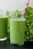 Gesundes Getränk mit Bestandteilen auf hölzernem Hintergrund Stockfoto
