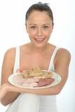 Gesundes glückliches junges woma n, das eine skandinavische Art-Kälte-Mahlzeit hält Stockfotos