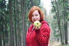 Gesundes jugendlich Mädchen mit Apfel Lizenzfreies Stockfoto