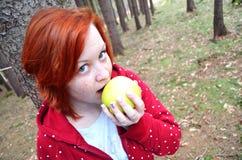 Gesundes jugendlich Mädchen mit Apfel - sexy Ansicht Stockbild