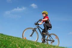 Gesundes Kind, das auf Fahrrad einen Kreislauf durchmacht Lizenzfreie Stockfotos