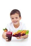 Gesundes Kind mit frischem betroot Saft Stockfotos