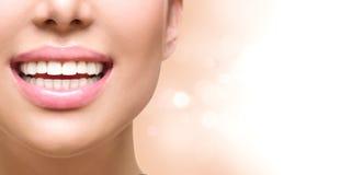 Gesundes Lächeln Weiß werdene Zähne Klammern auf einem weißen Hintergrund stockfotos