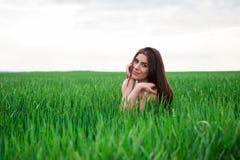 Gesundes lächelndes Mädchen im grünen Gras. Lizenzfreies Stockbild