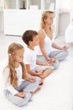 Gesundes Lebenkonzept mit der Familie, die sich zu Hause entspannt Lizenzfreie Stockfotos