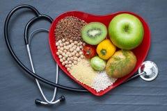 Gesundes Lebensmittel auf roter Herzplatte Stockfoto