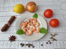 Gesundes Lebensmittel CoCooking mit Garnelen, Zwiebel, Tomate, Zitrone Stockfoto