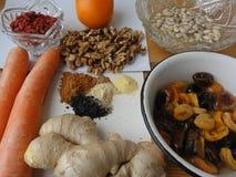Gesundes Lebensmittel, das mit Acajoubäumen, Nüsse, Karotte, Ingwer kocht Lizenzfreie Stockfotografie