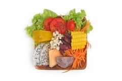 Gesundes Lebensmittel der Nahrung in der hölzernen Platte Lizenzfreie Stockfotografie