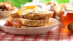 Gesundes Lebensmittel des Frühstücks auf Tabelle stock video