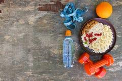 Gesundes Lebensmittel des Konzeptes und Sportlebensstil Richtige Nahrung stockfotos
