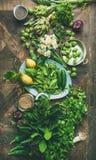 Gesundes Lebensmittel des strengen Vegetariers des Frühlinges, das Bestandteile, hölzernen Hintergrund, vertikale Zusammensetzung stockfotos