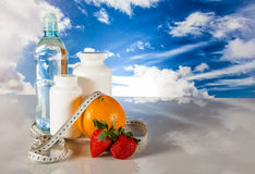 Gesundes Lebensmittel, Eignungskonzept auf Hintergrund des blauen Himmels Lizenzfreie Stockfotos