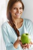 Gesundes Lebensmittel, essend, Lebensstil, Diät-Konzept Frau mit Apple Lizenzfreie Stockfotografie