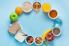 Gesundes Lebensmittel-Faser-Quellfrühstücks-Hafermehl Honey Fruits Apples Banana Orange Juice Water Green Tea Nuts Lizenzfreie Stockfotografie