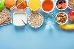 Gesundes Lebensmittel-Faser-Quellverdauungs-Frühstücks-Hafermehl Honey Fruits Apples Banana Orange Juice Water Green Tea Nuts stockfotografie