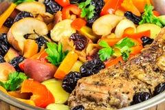 Gesundes Lebensmittel, gedämpftes Schweinefleisch mit verschiedenem buntem Gemüse in der Wanne, Großaufnahme Lizenzfreies Stockfoto