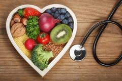 Gesundes Lebensmittel in geformter Schüssel des Herzens lizenzfreie stockfotografie