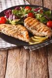 Gesundes Lebensmittel: gegrillter Hühner- und Mischungssalat der Zichorie, Tomaten Stockbild