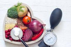 Gesundes Lebensmittel im Herzen und im Senkungsdruck Lizenzfreie Stockfotografie