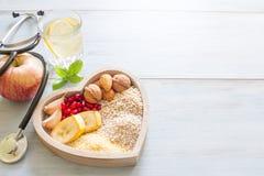 Gesundes Lebensmittel im Herzen und Wasser nährt Sportkonzept Stockfoto