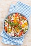 Gesundes Lebensmittel - Salat mit Frischgemüse und Hüttenkäse Lizenzfreies Stockfoto